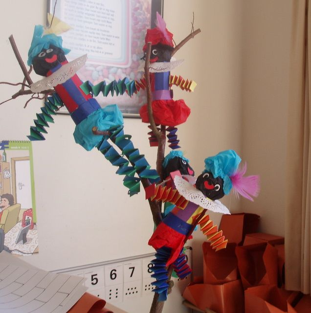 02-12-2011  Om helemaal in de Sinterklaasstemming te komen hebben we deze week mutsen en Pietjes gemaakt.