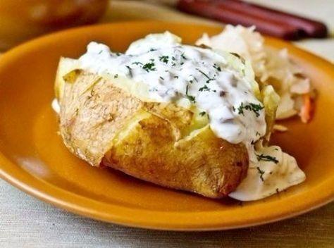 Печеный картофель с селедочным соусом.