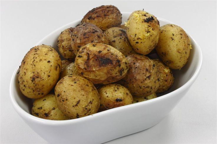 Forvarm ovnen til 230 grader C. alm. ovn. <BR> <BR> Kartoflerne vaskes grundigt og duppes tørrer. Bland kartoflerne (skåret i 2 cm…