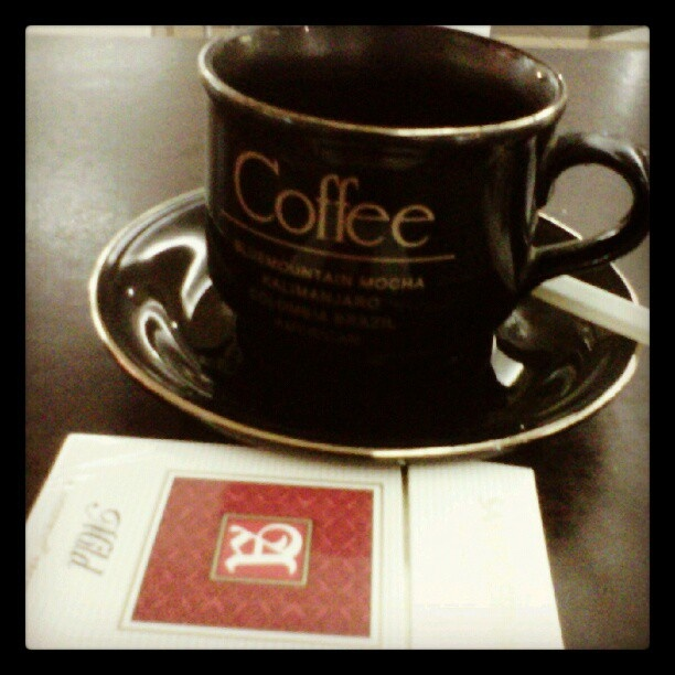 Coffee Break #coffee #coffeeholic #blackcioffee #cangkir #kopi #cafein #java #suaramerdeka - @namakuaji- #webstagram
