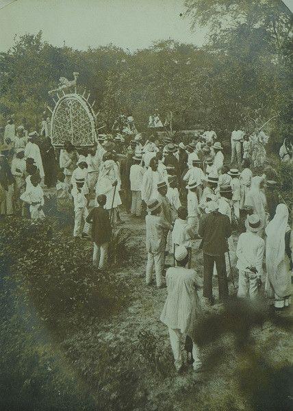 Tajiyá feest. Een Mohammedaanse plechtigheid, waarbij papieren tempels in het water worden gegooid, voor de kleinkinderen van Mohammed. Datum: ca. 1903 Locatie:  Suriname Vervaardiger: Inv. Nr.:  73A-170 Fotoarchief Stichting Surinaams Museum