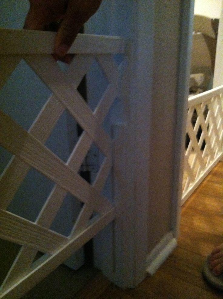 puerta perro DIY. Celosía y aplicar una piace de la madera a la puerta por lo que se desliza hacia arriba y hacia abajo
