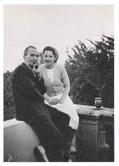"""Ο Νίκος Καζαντζάκης και η γυναίκα του Ελένη τον Οκτώβριο του 1948 στην ταράτσα του σπιτιού τους, """"Maison Rose"""", στην Αντίμπ της Νότιας Γαλλίας"""