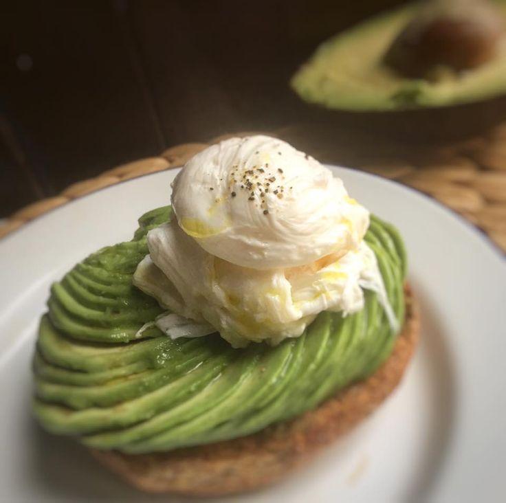 Frisa integrale con avocado e uovo pochè