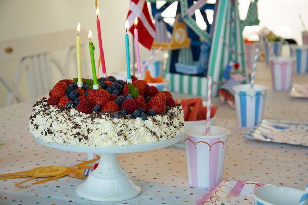 Verdens bedste chokolade lagkage - med cremet mascarpone-chokolade creme, friske bær, flødeskum og hjemmebagte lagkagebunde - Opskrift