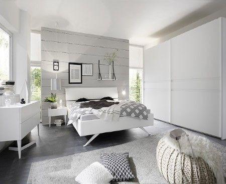 Camera completa bianca con letto in ecopelle bianco con piedi in metallo