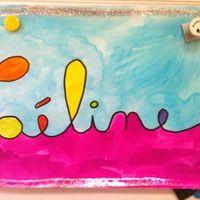Parallèlement au travail sur ardoise de traçage des prénoms en cursive, voici un petit atelier d'arts visuels pour travail sur le sens du tracé. Je trace au crayon de bois le prénom des enfants...
