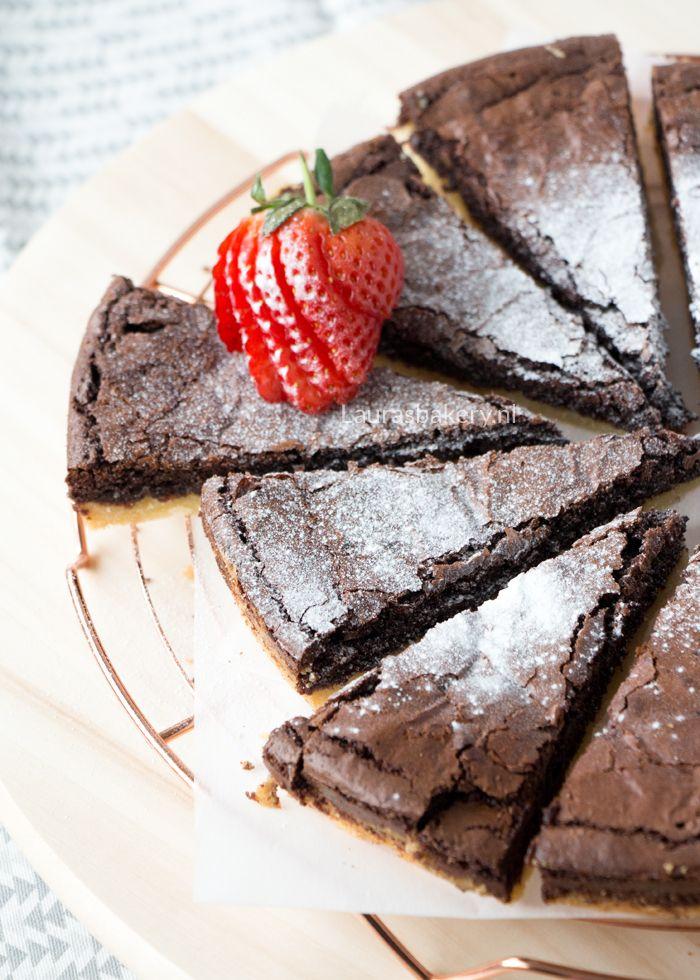 Boterkoek en brownie. Hoe lekker kun je het maken? Deze boterkoek brownie is de perfecte combinatie van twee basisrecepten en een feestje op zichzelf.