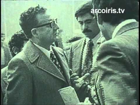 Más fuerte que el fuego: El 11 de septiembre de 1973, Salvador Allende ingresa a las 7:30 horas a La Moneda, la sede de su gobierno. La abandona en las primeras horas de la tarde, ya muerto.