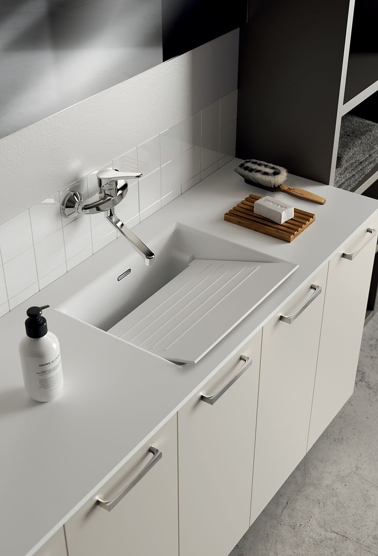 A washtub with pull-out washboard: a functional element that distinguishes this space. This built-in washtub – Kit by Scavolini – emphasises the modern design and the innovative material used, i.e. Mineralsolid®, with its velvety-smooth finish.