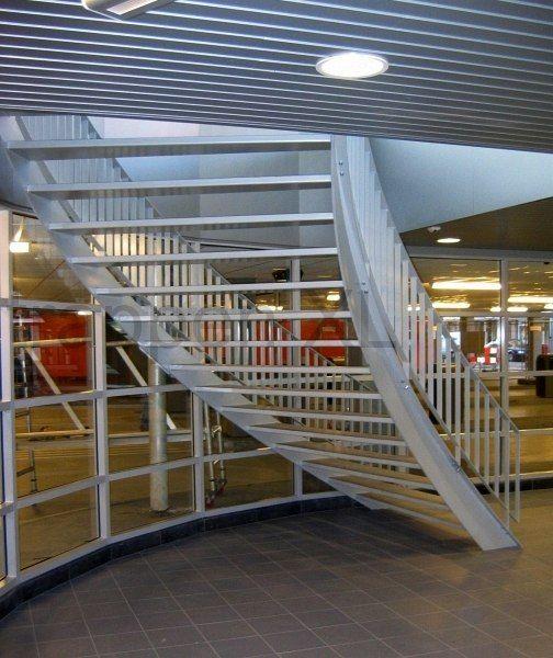 Samengestelde stalen wenteltrap in een parkeergarage te Lelystad. #Stairs, #Gebogen_trap