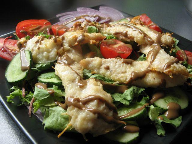 Feel Eat!: Sałatka z chrupiącą piersią z kurczaka w parmezanie