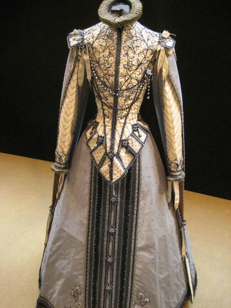 Spanish Renaissance saya, or gown, replica from the 1400's.