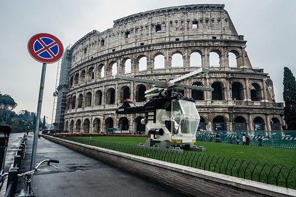 """Le photographe italien Domenico Franco est à l'origine de cette série baptisée « LEGO outside LEGOLAND ». L'artiste a intégré à la ville de Rome des modèles LEGO qui prennent vie dans notre réalité et dans un décor urbain.  """"Le but de ce projet est de transformer des contextes ordinaires en extraordinaires, obligeant les jouets à sortir de leurs paysages idylliques de LEGOLAND et entrer dans les tourments de notre monde."""""""