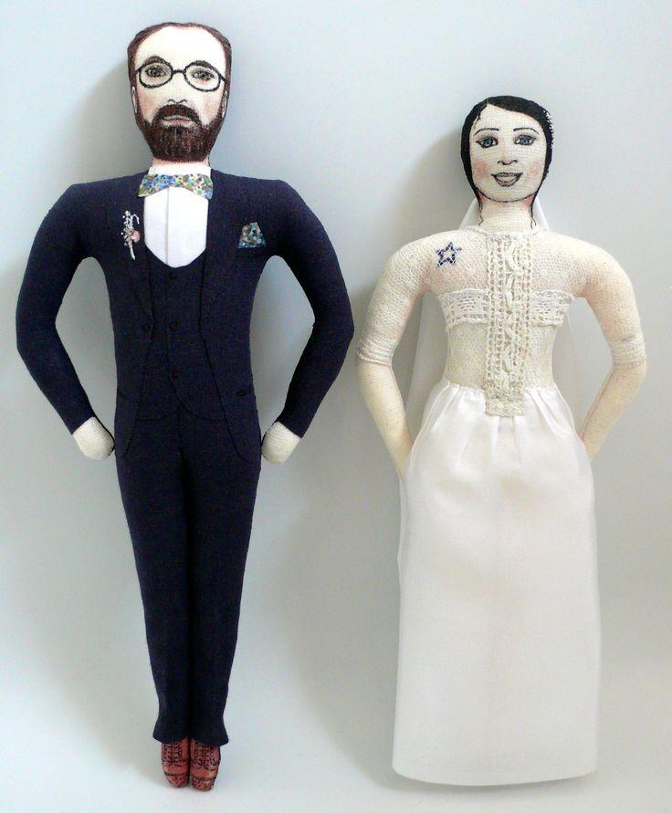 Couple de mariés, un vrai couple fait à partir de photos, Poupées en tissu, dessinées au feutres textiles, et peintes, tissus anciens, et de récup, dentelles anciennes, soie provenant d'une ancienne robe de mariée, 24 cm de haut, Un Radis m'a dit.  Boutique : https://www.alittlemarket.com/boutique/un_radis_m_a_dit-815807.html