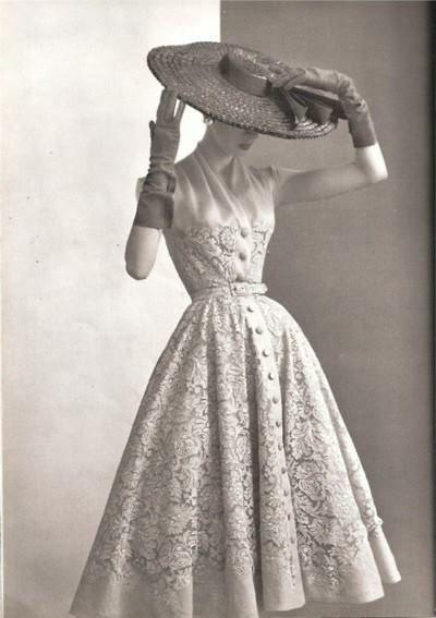 De New Look van Dior vind ik echt bewonderenswaardig. Het silhouet werd drastisch veranderd, maar op een vernieuwende en vrouwelijke manier. De look draaide niet alleen om het silhouet, maar alles moest met elkaar kloppen: de jurk, de schoenen, de handschoenen en de hoed.