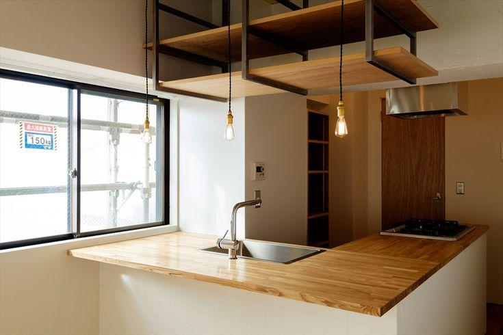 羽田空港国際化に伴い再開発が進む東京南部の玄関口「蒲田」駅から程近いエリアに佇む人気リノベーションシリーズの「Kitchen」。玄関を入るとすぐ目の前には存在感抜群の大きなカウンター式キッチン、単身者向けの部屋では珍しい3口ガスコンロにグリル、大きなステンレスシンクと料理好きにはたまらない。居室部分に使用したオーク材のフローリングはあえて幅広なものを選び少しワイルド感を、壁面に取り付けた飾り棚やキッチン上部の収納棚にはアクセントカラーにグレーを使用し室内全体をクールに仕上げました。キッチンを生活のパートナーに贅沢な新生活を手に入れてみてはいかがでしょうか。