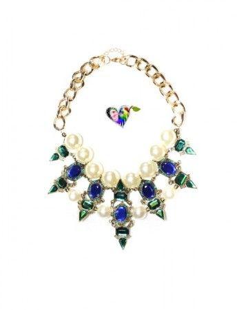 Nydelig og moderne smykke. Store perler, blå og grønne stener, gullfarget kjede.  Du får garantert oppmerksomhet når du bærer dette smykket!