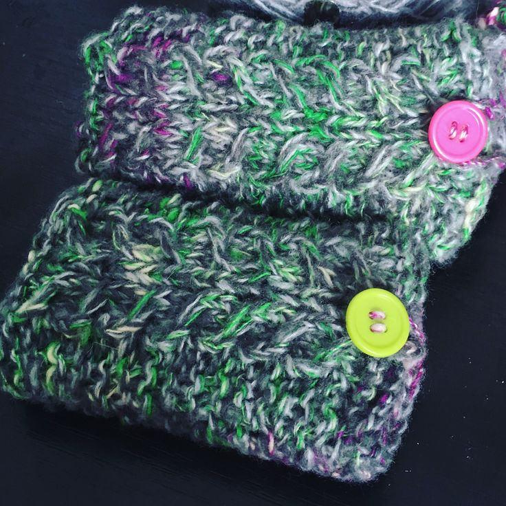 Kötött zsebkendő és névjegykártyatartó (Knitted tissue and business card holder) #knitted #businesscardcase #myyarn #greenandpurple