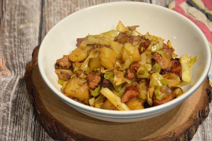 Proste jednogarnkowe danie z kapusty, kiełbasy i ziemniaków. Szybkie i proste danie obiadowe, które Ci zasmakuje.