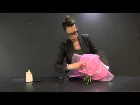 Inpakken van een boeket bloemen - YouTube