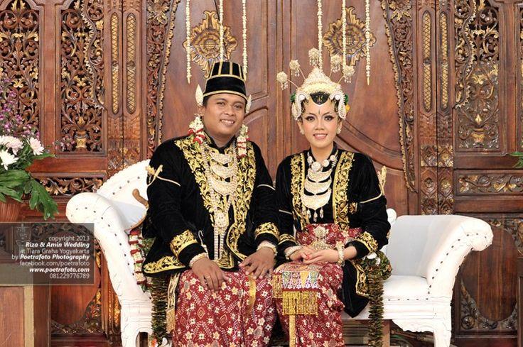 Foto Pengantin dg Baju Gaun Pengantin Paes Ageng Jogja | Traditional Wedding Dress Indonesia | Fotografer Pernikahan Wedding Photographer Indonesia, http://wedding.poetrafoto.com/baju-pengantin-paes-ageng-jogja-traditional-wedding-dress-indonesia_478