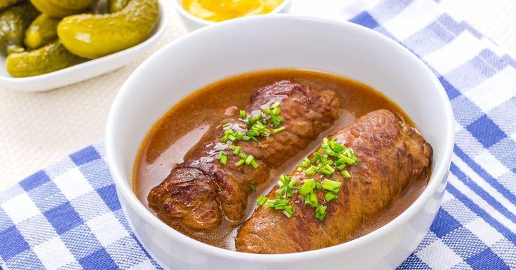 Cucina la braciola di maiale classica e impara come ottenere un sugo cremoso e saporito, sfumando la carne con il vino rosso e lasciandola cuocere a fuoco moderato.