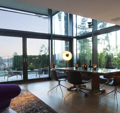 Levende: stuen er en frodig miks av arkitektens stramme linjer ...