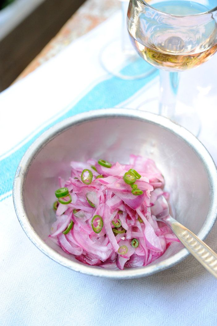 インド風のピクルス、アチャール。ここでは紫玉ねぎを使って彩りよく仕上げた。|『ELLE a table』はおしゃれで簡単なレシピが満載!
