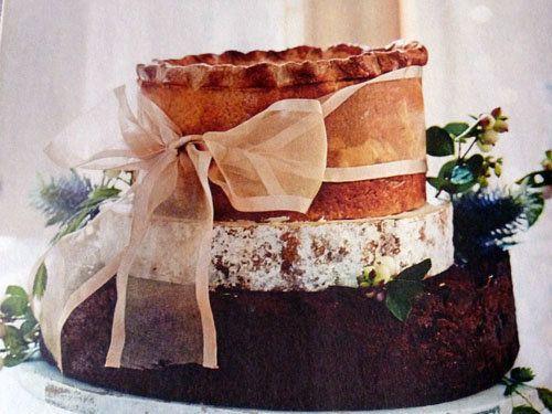 """Рецепт мясного пирога  Рецепт мясного пирога на Новогодний стол очень необычный! Несмотря на то, что рецепт вкусного пирога полон сюрпризов, приготовить его несложно!  Если решитесь приготовить, то вам будут обеспечены """"Ах!"""" и """"Ох!"""" гостей. Вкусно, сытно, празднично!"""