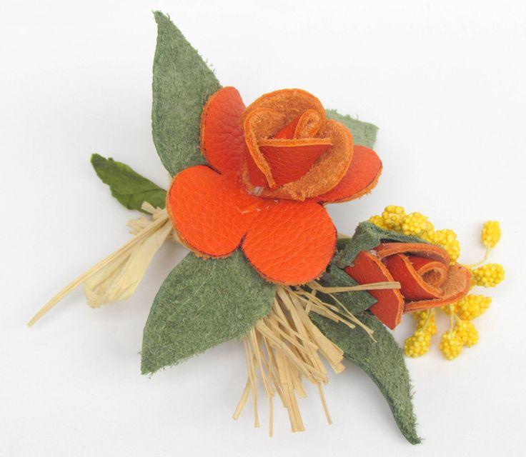handmadeleatherflowers  & handmadeflowerbrooch  Kuzu derisinden el yapımı broş. Mısır püskülü ve yapma çiçeklerle renklendirilmiştir. Arka kısmında broş iğnesi bulunmaktadır.