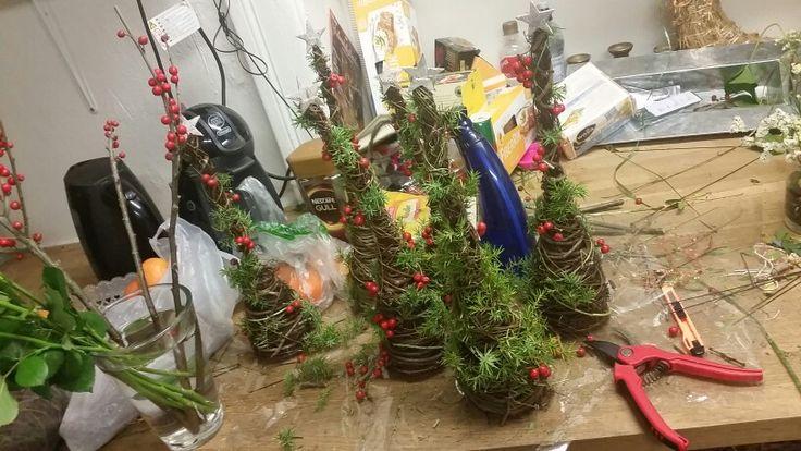 Øyvind har planer for å lage en gruppe imorgen, så jeg ble spurt om jeg ville lage åtte juletrær.