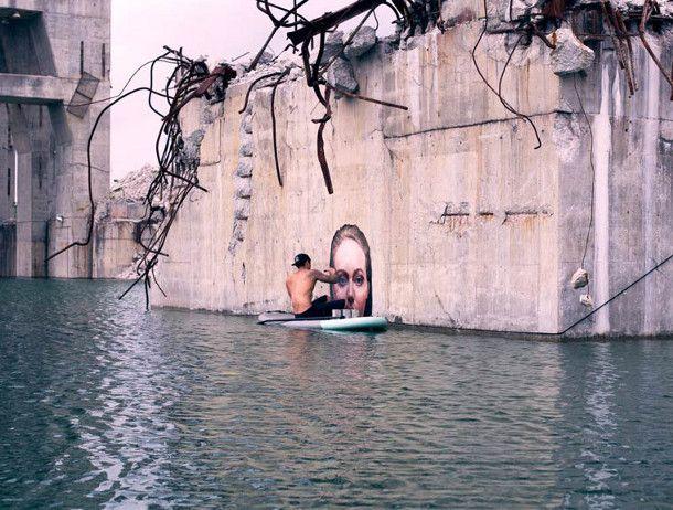 De in Hawaii geboren schilder en street artist Sean Yoro (aka Hula) maakte deze prachtige reeks muurschilderingen van vrouwen die boven het water uitsteken op betonnen muren. Balancerend op zijn surfplank, inclusief blikken verf, bereikt hij deze afgelegen muren.