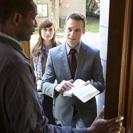 Testigos de Jehová predicando