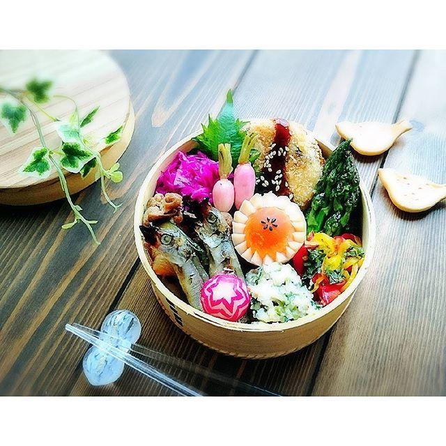 yukirichi119 on Instagram pinned by myThings 2016/05/19(木) #2016ゆきりち弁 ㊿ * おはおはまーーーる( ´ ▽ ` )ノ 五月晴れーーー☀️ 気づいたら木曜日だっ! 今週はやーい! 今日のお弁当はモリモリ乗っけ弁だよー♡♡ * 常備菜のツナと豆苗のおからマヨサラダに これまた常備菜のマッシュポテトを混ぜ混ぜして コロッケにリメイクしたよ(♡˘罒˘) あとは実家の朝採りアスパラを スモークバターと醤油で焼いたよ! 美味いんだな、これが(*´ч ` *)笑 * 実は衣替え、まだ終わってない(;´Д`) 今日とか夏日らしい 本日、ゆきりちは ウォークインクローゼットに引きこもります・・・ めっちゃ晴天だけど引きこもります・・・ ( *˘ω˘)スヤァ…笑 * Have a nice day〜♡♡