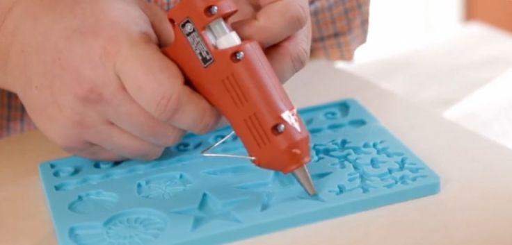 Il verse de la colle dans un moule pour créer une décoration très originale... Super idée de cadeau !