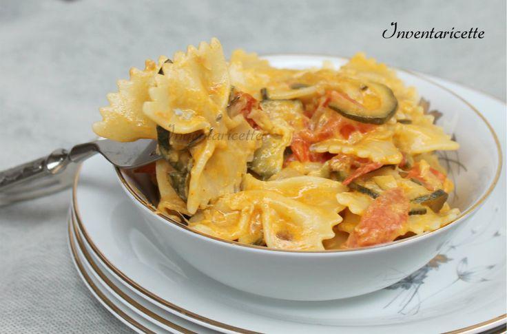 Pasta Cremosa con Zucchine e Pomodorini Un primo piatto velocissimo da preparare, golosissimo e troppo buono. Una deliziosa cremina di formaggi avvolge la