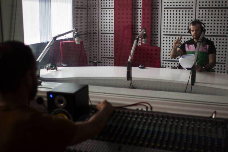Música pop y fútbol: la radio de Irak que desafía al Estado Islámico. – AB Magazine