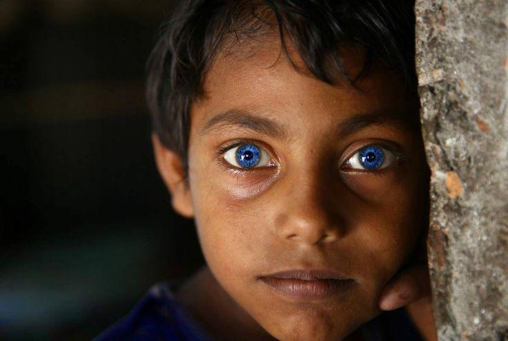 Los ojos eran azul oscuro, con muchas cintas encarnadas. (El negrito de los ojos azules)
