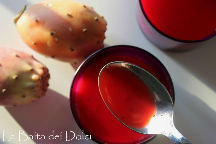 Pannacotta con salsa di fichi d'India