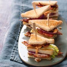 Deze minisandwiches zijn een goede combinatie van frisse ijsbergsla en knapperige bacon. #bacon #sandwich #JumboSupermarkten