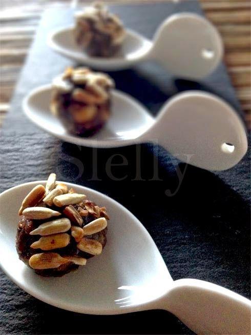 VITELLO TONDATO - Polpettine di vitello, acciughe, capperi e paté d'olive con miele e semi di girasole  Vai alla ricetta: http://slelly.blogspot.it/2015/02/vitello-tondato-polpettine-di-vitello.html#more