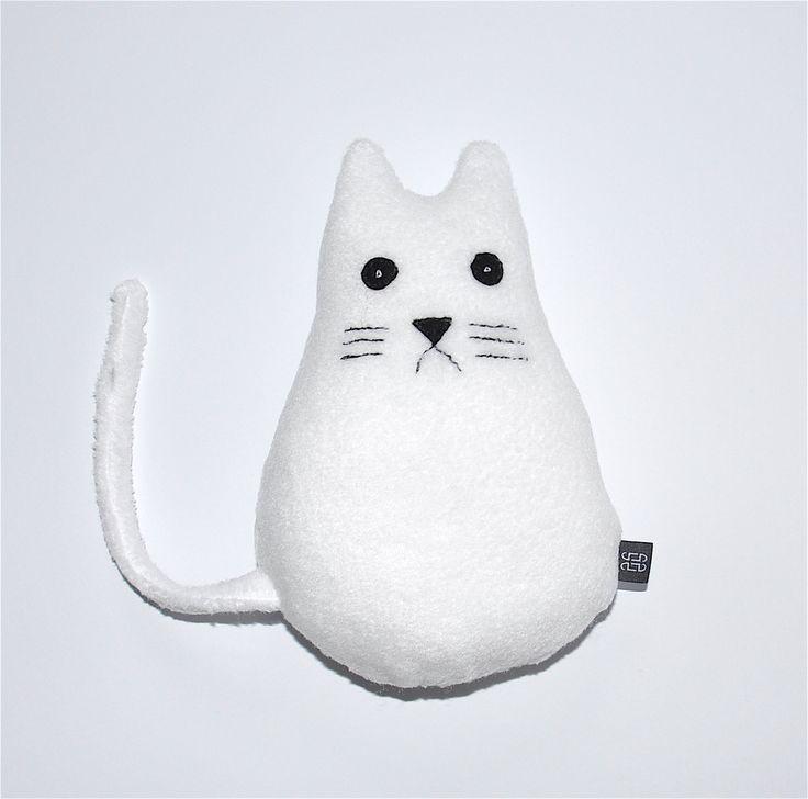 Biały kot siedzący #kidsdesign #szaryfika #handmade #blackandwhite #toy #mascot #cat