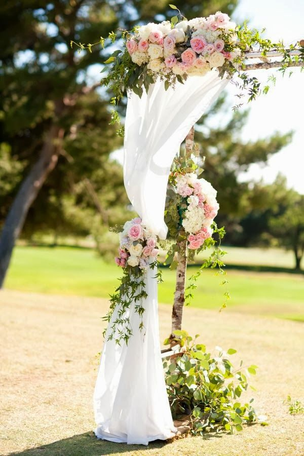 Art with Nature Floral Design. Blush colors with trailing ivy/ www.callaraesfloralevents.com