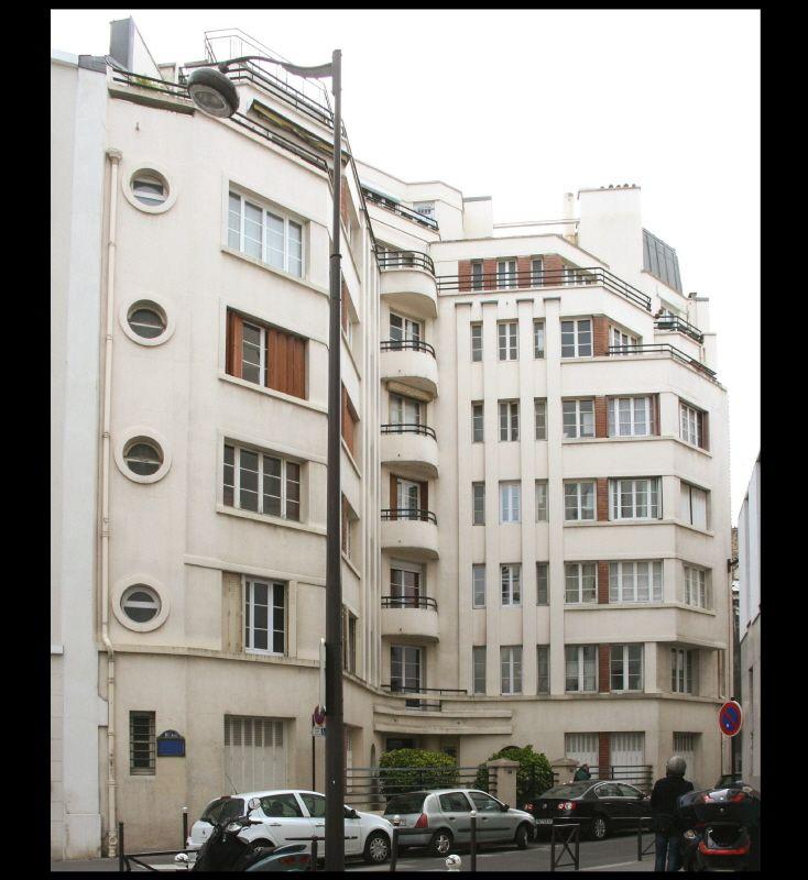 Immeuble d'habitation (1934) 17, rue Jouvenet Paris 75016. Architectes : Jodart & Antoine Zaccagnino. Le traitement d'angle de cet immeuble permet par un retrait formant cour ouverte de dégager un peu de lumière sur cette parcelle mal orientée.