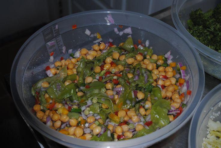 Salada de grão-de-bico com vagens de ervilha