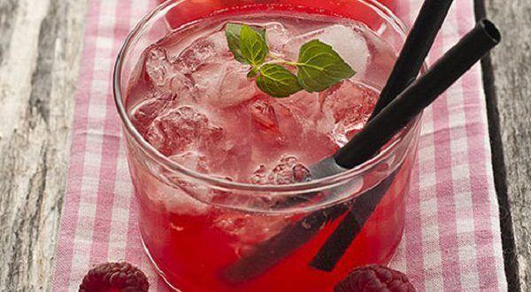 Освежающий малиновый лимонад подарит глоток вожделенной прохлады в знойный летний день. Красочный на...