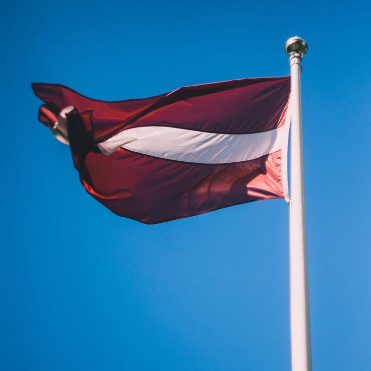Latvijas karogs, karogu, sarkanbaltsarkans, vējš, zilas debesis, debess, zils — Latvia flag, windy, blue skies, sky Rihards Rudzis