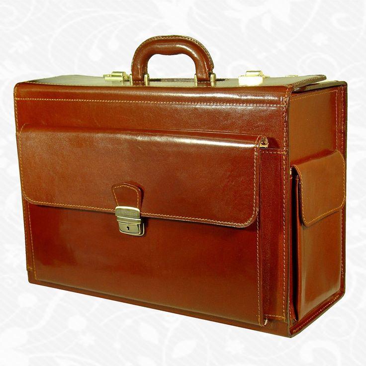 Kožený kufor s veľkým úložným priestorom, určený na cestovanie, aj ako príručná batožina do lietadla. Vhodný pre pánov aj pre dámy. Úchop za hornú rúčku alebo ťahanie za výsuvný držiak.  45,5cm x 32cm x 19cm (dĺžka, výška, šírka)  Kufor je bez mechaniky! (stahovateľná rukoväť, konštrukcia, kolieska)  http://www.vegalm.sk/produkt/cestovny-kufor-c-8174-bez-mechaniky/