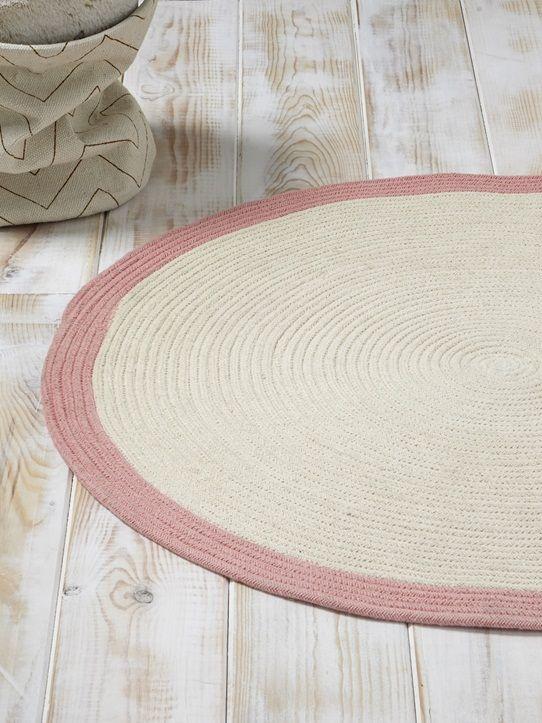 Tout rond et tout mignon, le tapis en coton bicolore trouve sa place dans la chambre des enfants. On aime son effet tressé qui lui procure un style au